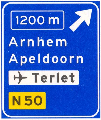 Voorwegwijzer langs autosnelweg voor de afgaande richting, met afstandaanduiding, afritnummer, interlokale doelen (bovenste doel = afritnaam), verwijzing naar vliegveld/luchthaven en routenummer niet-autosnelweg