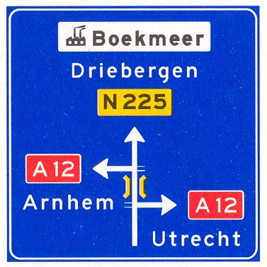 Voorwegwijzer langs niet-autosnelweg, met interlokale doelen, routenummers, viaductsymbool en aanduiding industrieterrein
