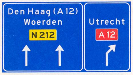 Voorsorteren op niet-autosnelweg. Bord met interlokale doelen, routenummers en verwijzing naar autosnelweg